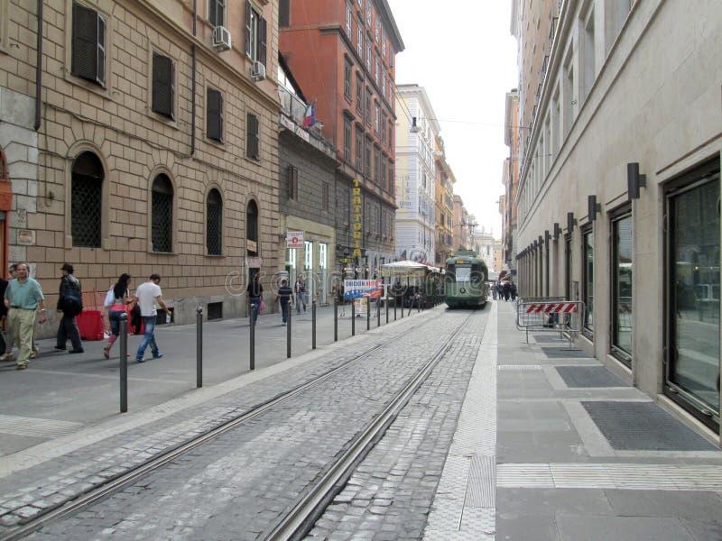 Tram durch die Pflasterstraßen von Rom Italien lizenzfreies stockfoto
