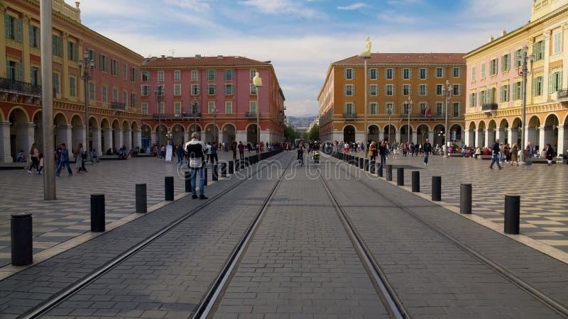 Tram Eisenbahnen und bunte Architektur auf Platz Massena in Nizza, Frankreich stockbild