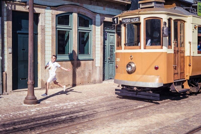Tram en Lopende Jongen in Porto, Portugal royalty-vrije stock fotografie