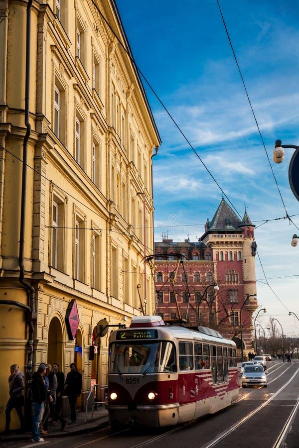 Tram et les beaux bâtiments antiques à la vieille ville à Prague photographie stock libre de droits