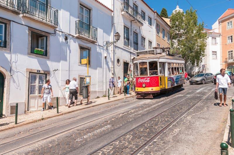 Tram famoso numero 28 di Lisbona fotografia stock