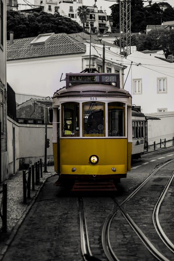 Tram giallo di Lisbona nel Portogallo fotografia stock libera da diritti