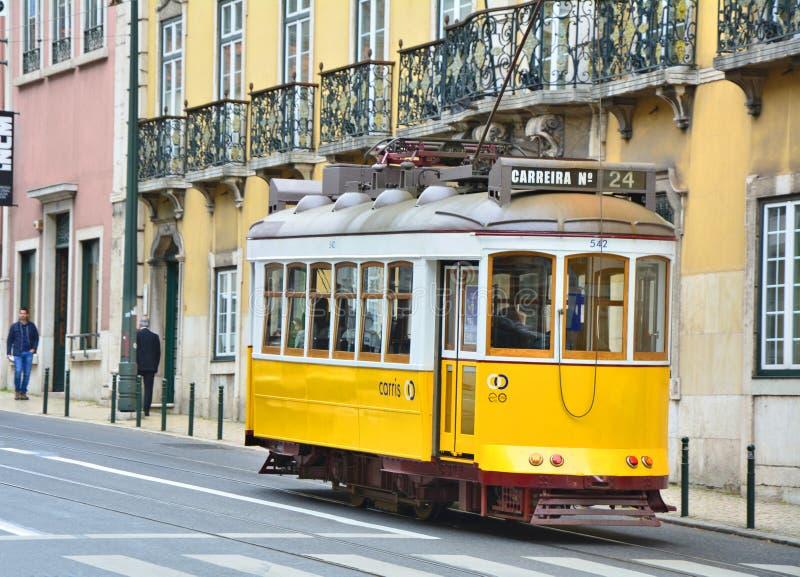 Tram giallo funicolare sulla via di Lisbona fotografia stock libera da diritti
