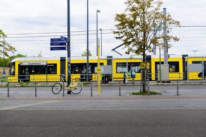 Tram giallo fuori della stazione di Berlin Central immagine stock