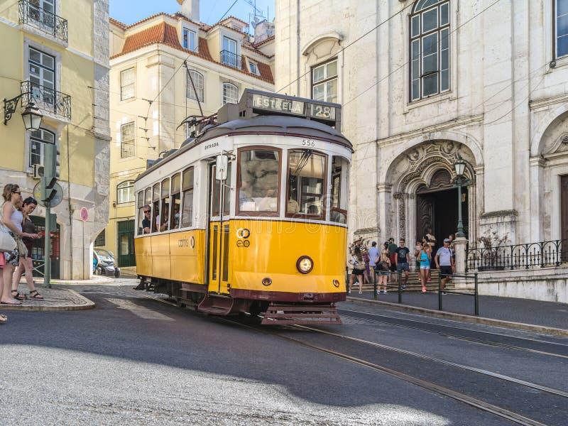 Tram giallo a Lisbona Portogallo fotografia stock