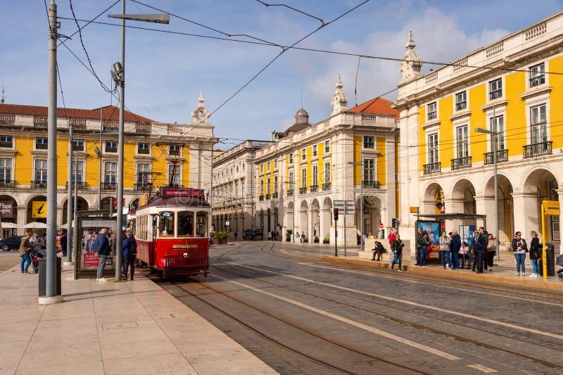 Tram giallo 28 a Lisbona, Portogallo fotografia stock