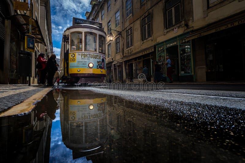 Tram im Spiegel stockbilder