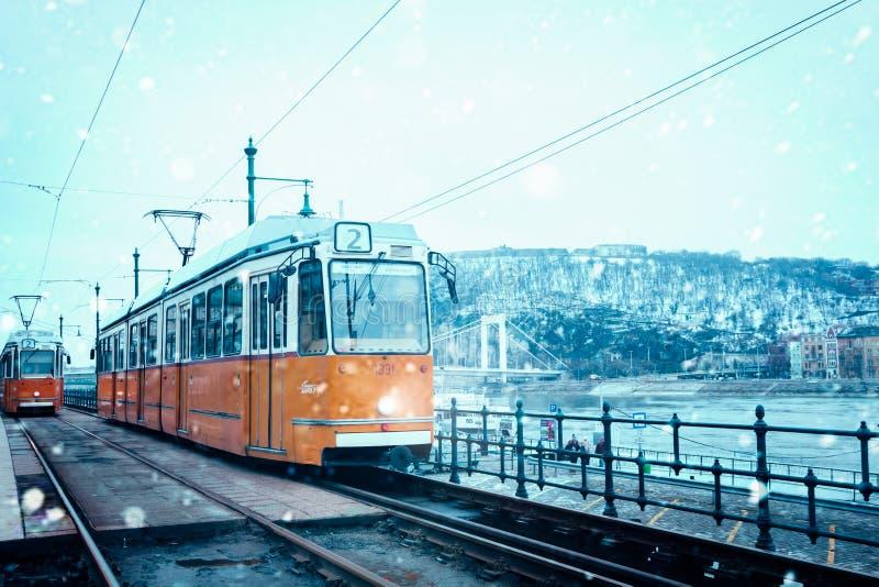 Tram im Winter beim Schneien in Budapest Ungarn lizenzfreie stockfotos