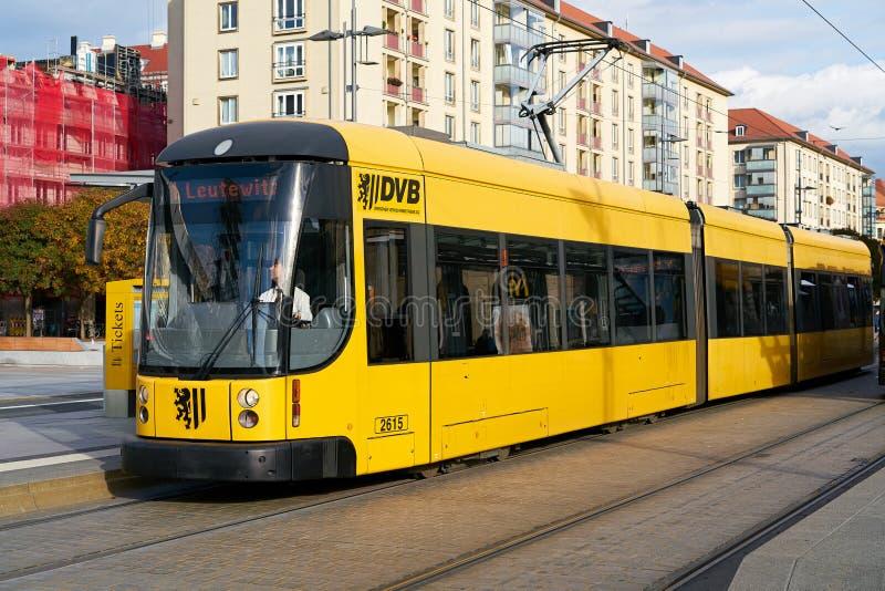 Tram jaune à Dresde photo libre de droits