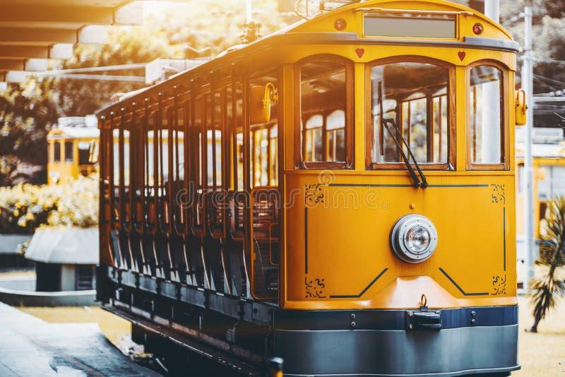Tram jaune de bonde pour des touristes à Rio photo libre de droits