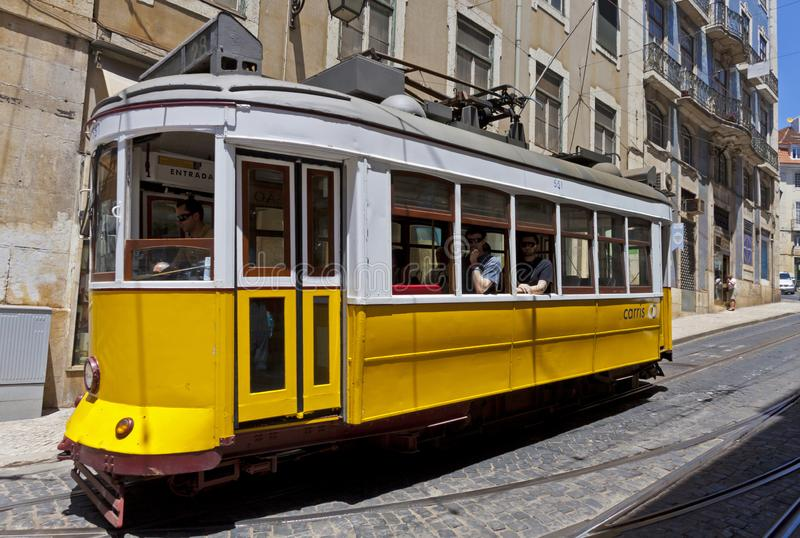Tram jaune typique sur la rue de Lisbonne, Portugal photos stock