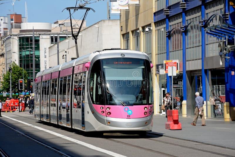 Tram langs Bedrijfsstraat, Birmingham stock foto's