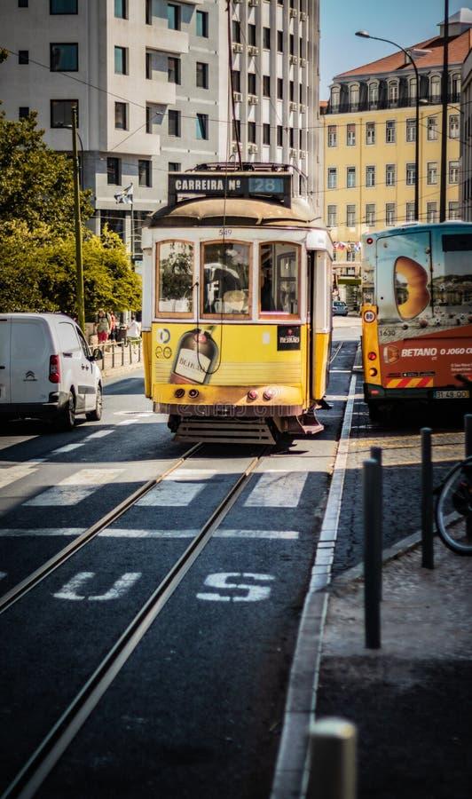 tram a Lisbona in un bello soleggiato giorno data 12 dicembre 2019 vista del ritratto del tram di Lisbona 28e in suo modo del  fotografia stock libera da diritti