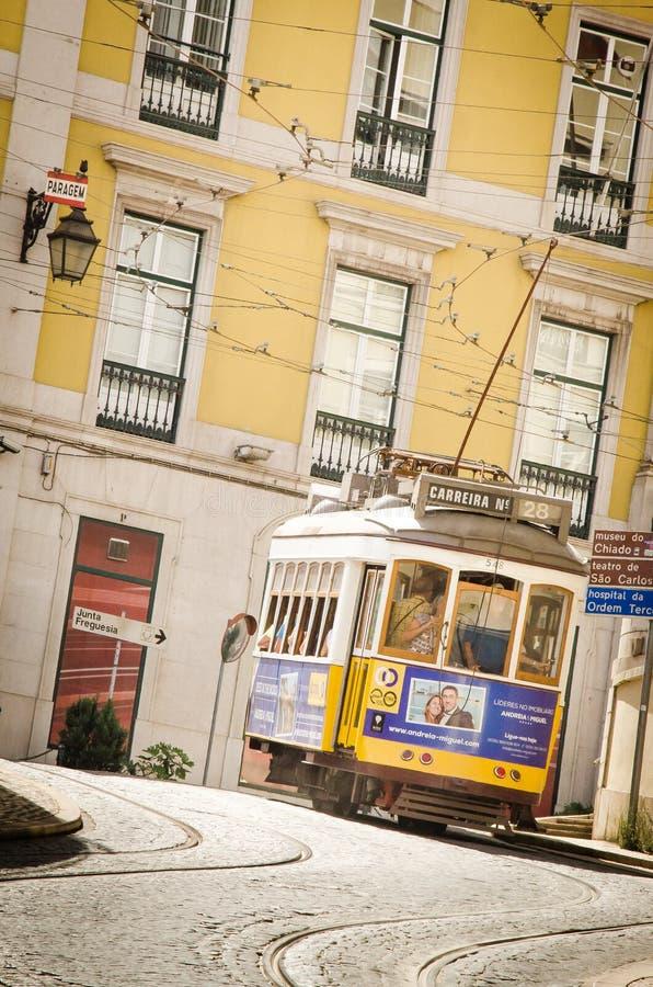 Tram 28 in Lissabon lizenzfreie stockbilder