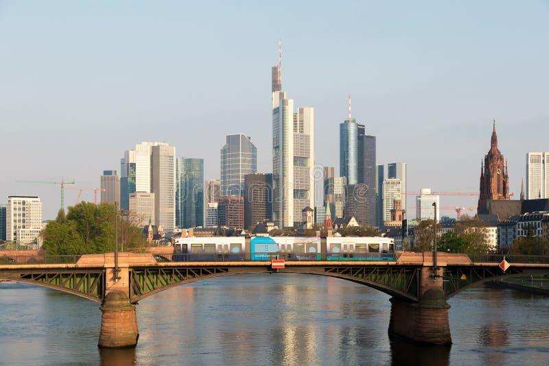 Tram met de horizon van Frankfurt-am-Main bij ochtend in Frankfurt, Ger stock afbeeldingen