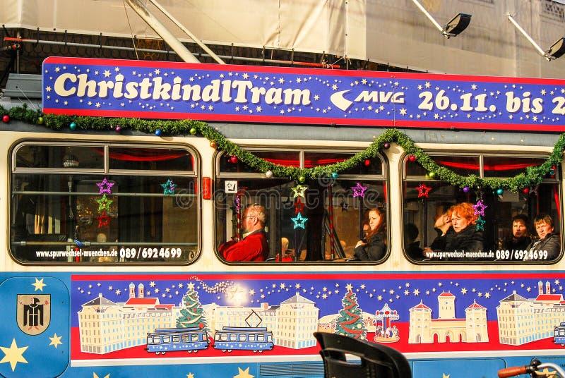 Tram met Kerstmisornamenten dat wordt verfraaid royalty-vrije stock foto