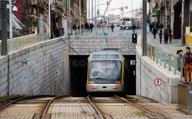 Tram moderno della metropolitana che esce dal tunnel a Oporto fotografia stock