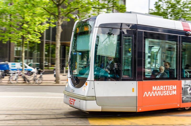 Tram nel moto nel centro urbano di Rotterdam fotografie stock