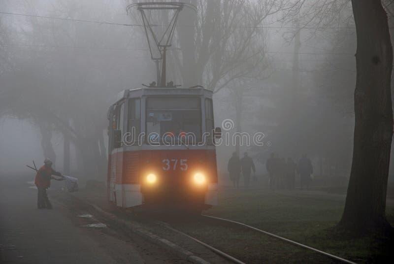 Tram nella nebbia, fotografia stock libera da diritti