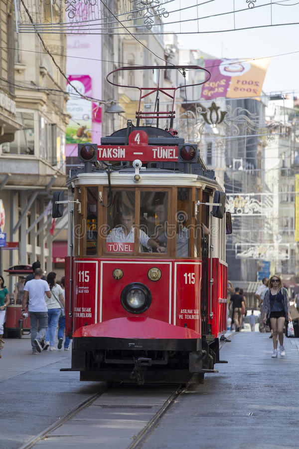 Tram nostalgique rouge de Taksim Tunel sur la rue istiklal Istanbul, Turquie image stock