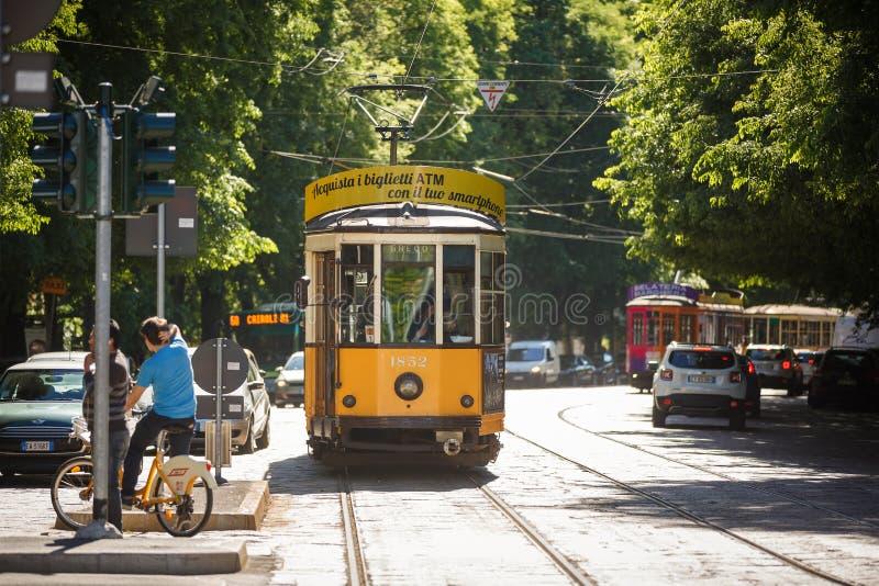 Tram op een straat van Milaan royalty-vrije stock foto