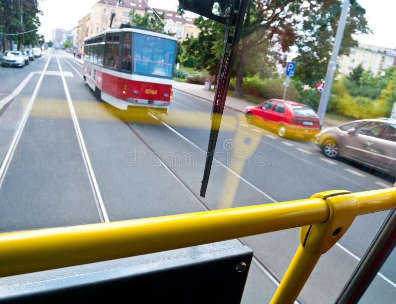 Tram op het verkeer van Praag stock foto's