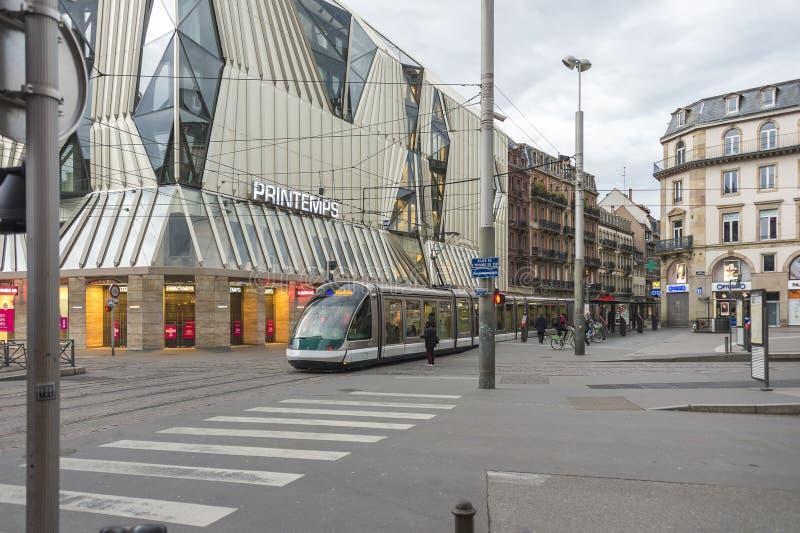 Tram op plaats Homme DE Fer in Straatsburg, Frankrijk stock foto's
