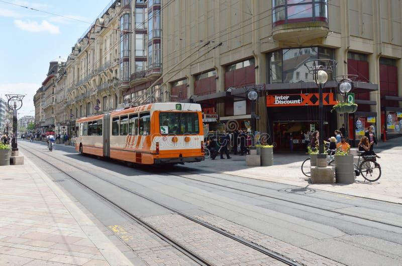 tram op straat binnen de stad in op Genève Zwitserland royalty-vrije stock afbeelding