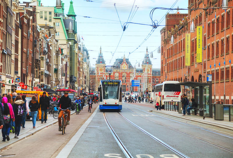 Tram près de la gare ferroviaire d'Amsterdam Centraal photos stock