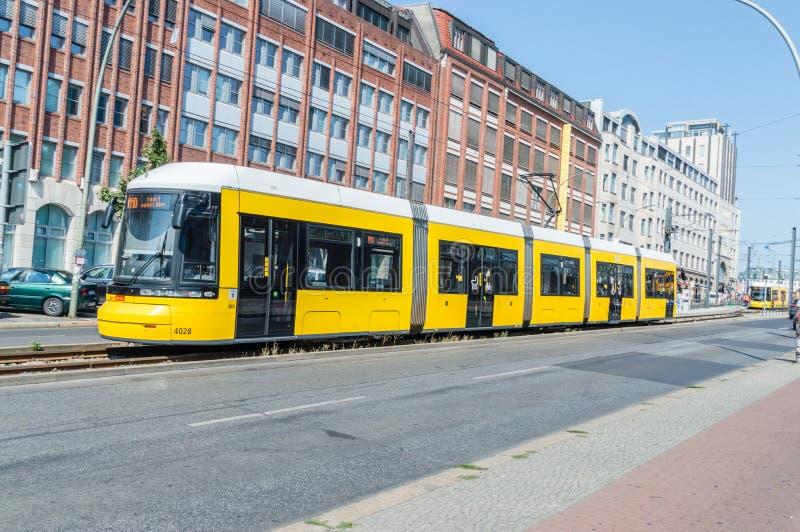 Tram pubblico giallo a Berlino immagine stock