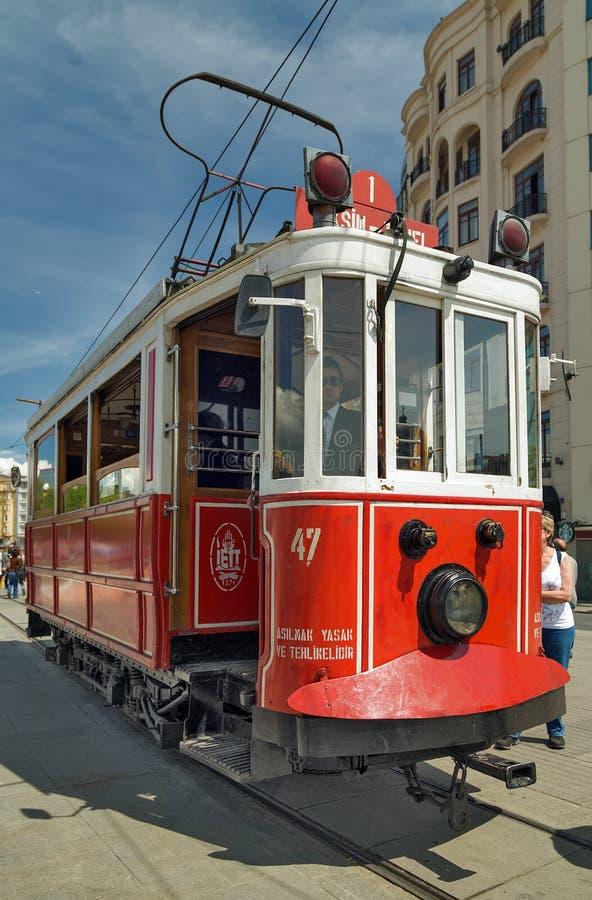 Tram rosso d'annata famoso in Taksim COSTANTINOPOLI, TURCHIA fotografia stock libera da diritti
