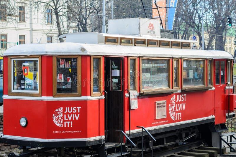 Tram rouge avec des livres à Lviv photographie stock