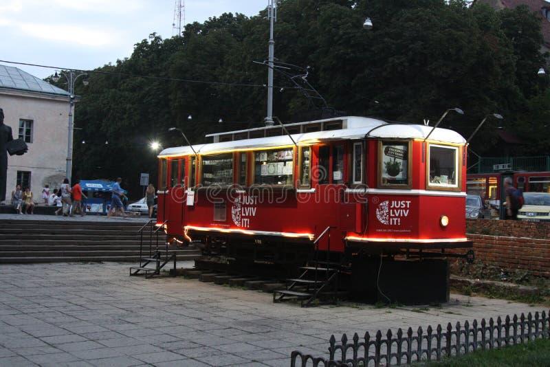 Tram rouge d'excursion avec des visites de ville de Lviv pour des trevelers photos stock