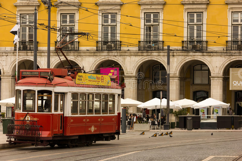 Tram rouge dans la place de commerce. Lisbonne. Portugal images stock