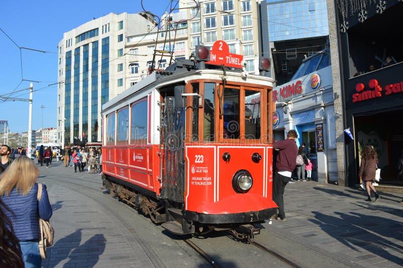 Tram rouge sur la rue de Taksim à Istanbul photographie stock