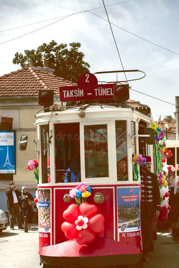 Tram rouge sur la rue Taksim de Beyoglu Istiklal images libres de droits
