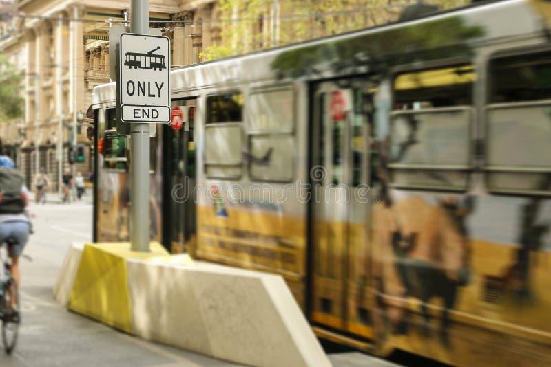 Tram slechts, Eindteken dichtbij de hoek van Elizabeth en Bourke Streets in Melbourne CBD stock fotografie