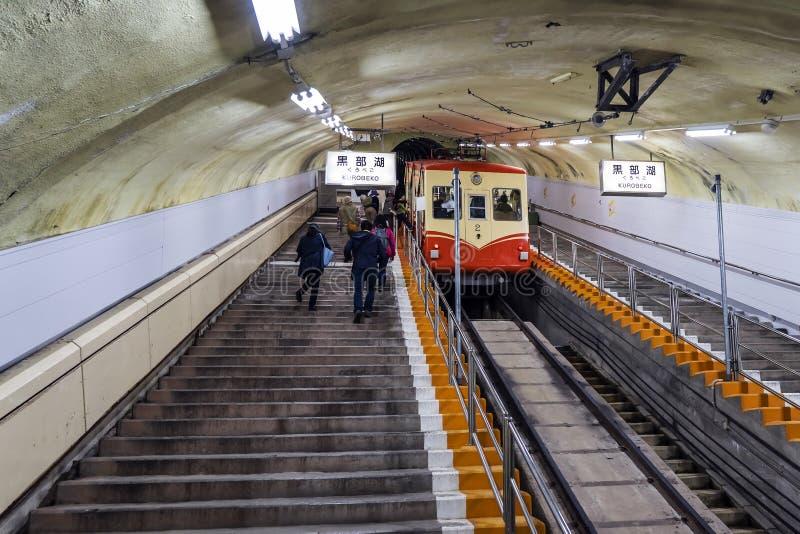 Tram sotterraneo sul pendio ripido e la gente che scala nel tunnel immagini stock libere da diritti