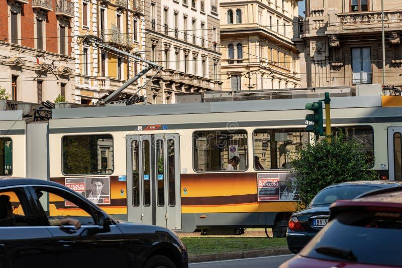 Tram in stadsverkeer - Milan Lombardy Italy stock fotografie