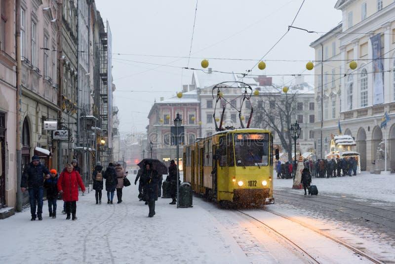Tram sur la place du marché dans l'horaire d'hiver photos libres de droits
