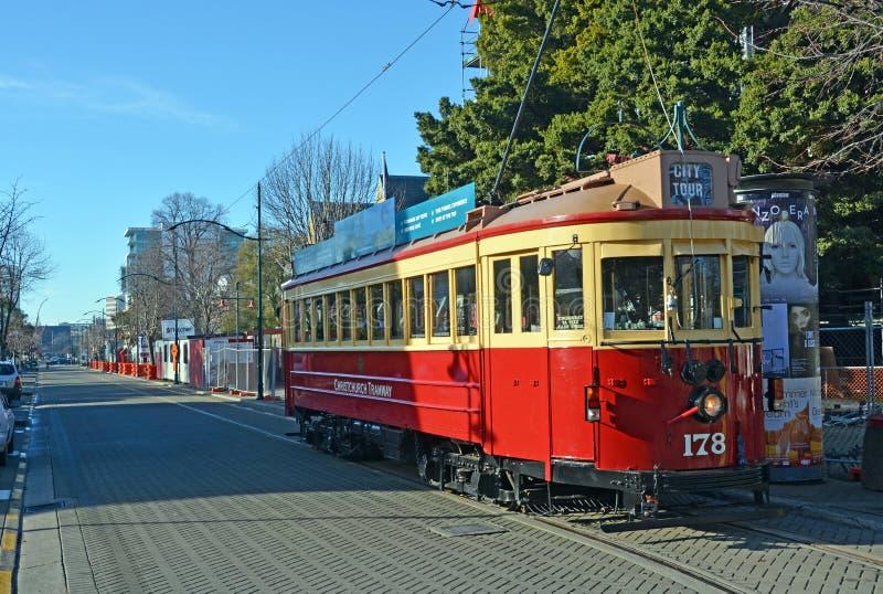 Tram sur le boulevard de Worcester, Christchurch en hiver photos stock