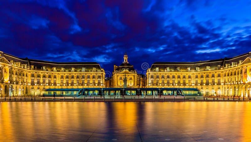 Tram sur Place de la Bourse en Bordeaux photo libre de droits
