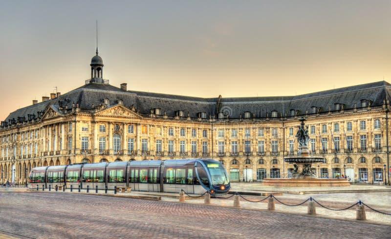 Tram sur Place de la Bourse en Bordeaux, France photos libres de droits