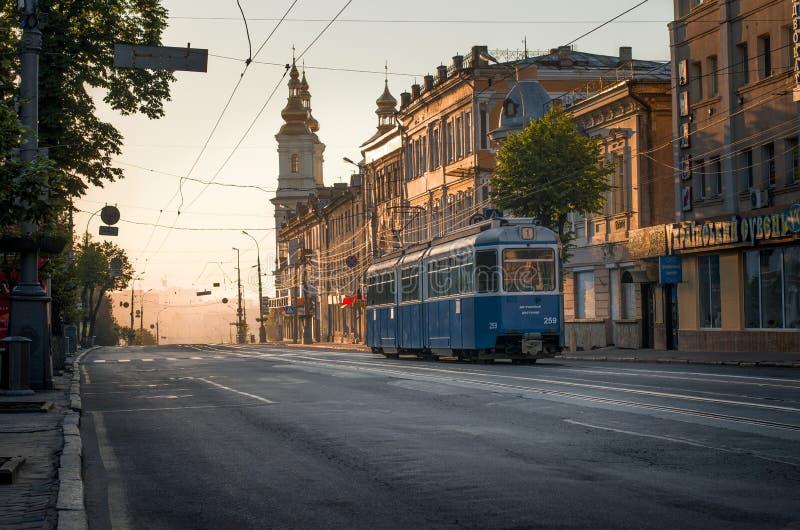 Tram svizzero solo in via Vinnytsia di Soborna di alba fotografia stock