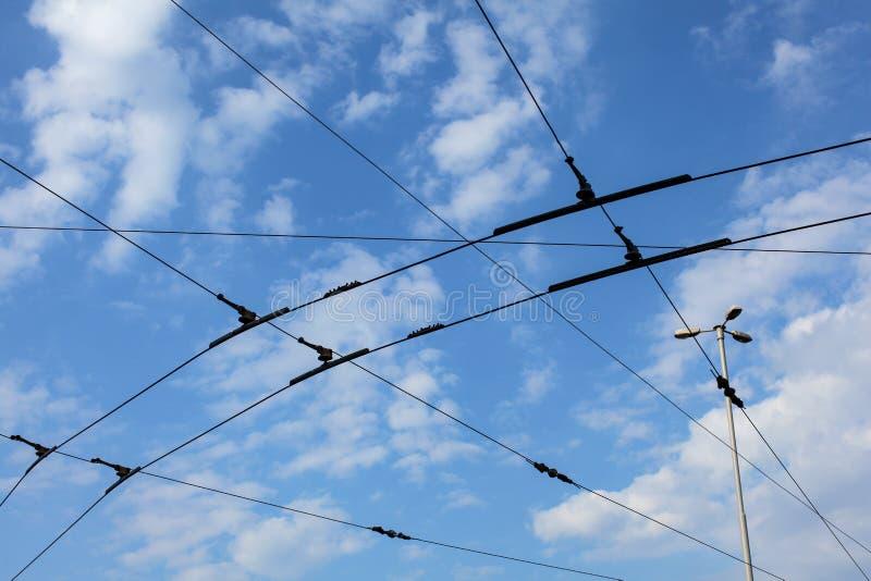 Tram/tramkarretje lucht elektrische lijnen tegen blauwe sk stock foto's