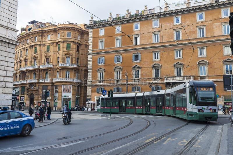 Tram zwischen Verkehr in Rom, Italien lizenzfreies stockbild