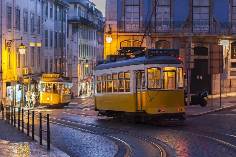 Tramauto op straat bij avond in Lissabon, Portugal royalty-vrije stock afbeelding