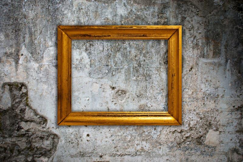 Trame d'or sur un vieux mur images stock