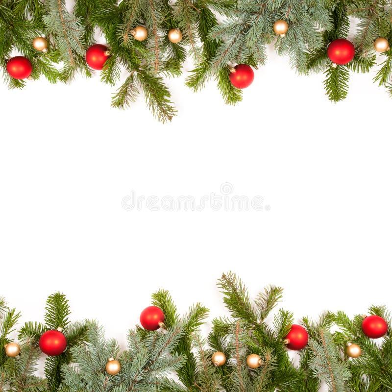 Trame verte de brindille de sapin avec des billes de Noël photographie stock