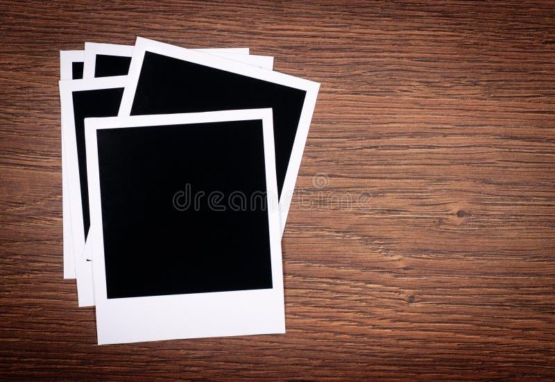 Trames blanc de photo sur le fond en bois images libres de droits
